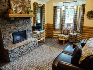 Missouri romantic couple White Oak treehouse cabin