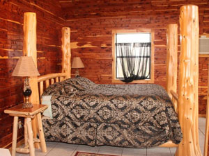 Missouri honeymoon anniversary treehouse cabin cedar chest